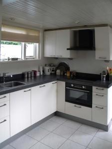 Eigentijdse keuken met gefrijnd blad, Hardinxveld