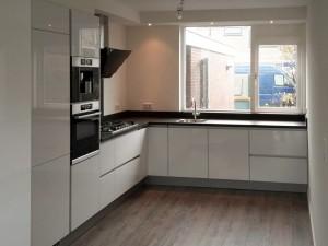 Modern greeploos witte keuken Hardinxveld