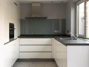 Hoogglans keuken met glazen achterwand, Assendelft