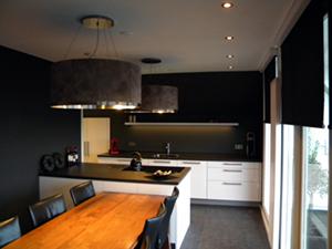 Hardinxveld, Hoogglans keuken met leder beklede afzuigkap en bijpassende lamp.