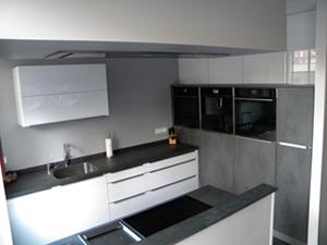 Witte hoogglans keuken met ceramistone blad en Atag apparatuur. Hardinxveld